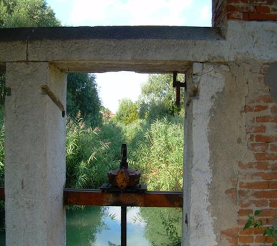 Dettaglio di una chiusa del Chiavicone Nord con vista verso Scarpizzolo